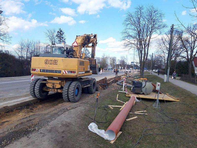 Uz ūdensvada un kanalizācijas izbūvi Jelgavā, Rīgas ielā, galvaspilsētas firmas darbinieki turpina braukt ikdienas režīmā.