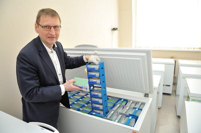 Latvijas Zinātnes padomes priekšsēdētājs, Biomedicīnas pētījumu un studiju centra direktors Jānis Kloviņš teic, ka jaunā koronavīrusu genoma izpētē latviešu pētnieki tikuši daudz tālāk nekā zinātnieki citās valstīs.