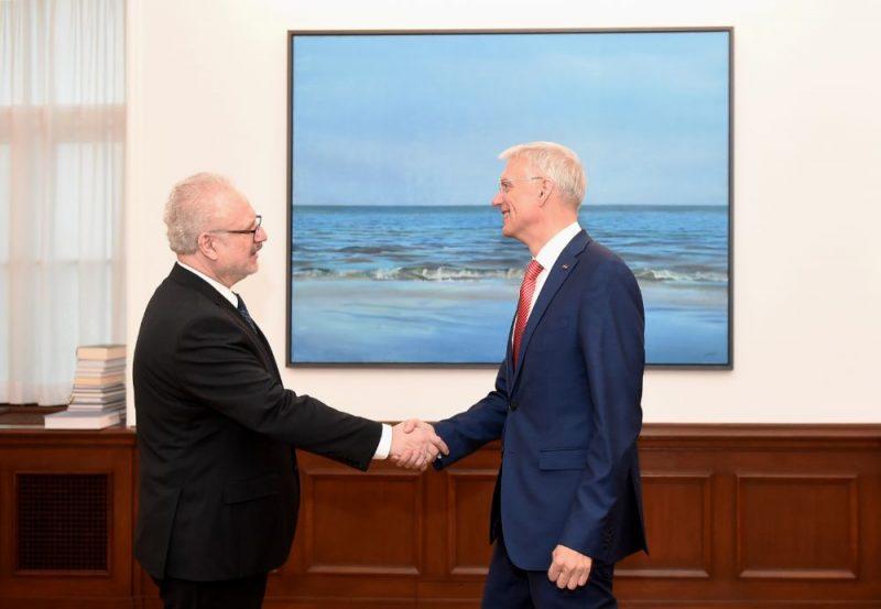 Valsts prezidents Egils Levits (no kreisās) un Ministru prezidents Krišjānis Kariņš tikšanās laikā Rīgas pilī.