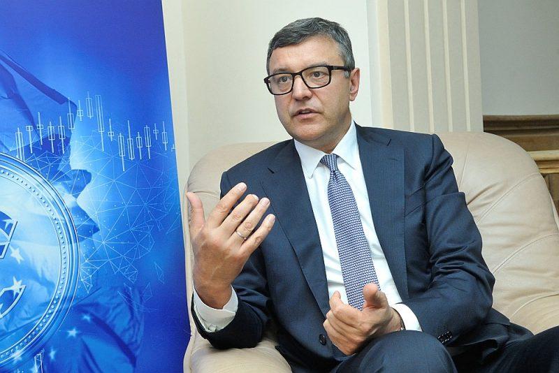 Finanšu ministra Jāņa Reira vadītā darba grupa izveidojusi 125 miljonu eiro fondu lielo uzņēmumu atbalstam. Fonda līdzekļi paredzēti investīcijām dzīvotspējīgos uzņēmumos, kas piedzīvojuši eksporta kritumu krīzes dēļ.
