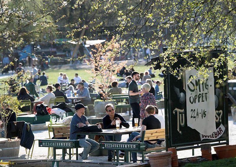 Ļaudis socializējas un bauda pavasari vīrusa pandēmijas laikā 22. aprīlī Stokholmā.