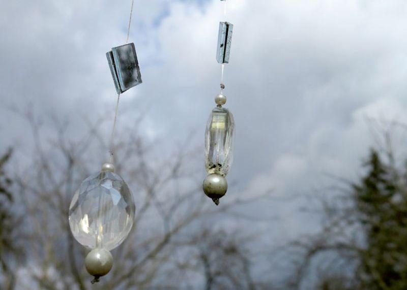 Kokos vai pergolās virtenes iekar tā, lai vējā tās nesapītos. Kokā tās stiprina lielākoties zaru galos, jo, kad koks salapo, zem tā lapotnes neiespīd nekāda gaisma un atspulgu spēles nenotiek. Gaismas efektus radīs arī atsevišķas stikla pērlītes.