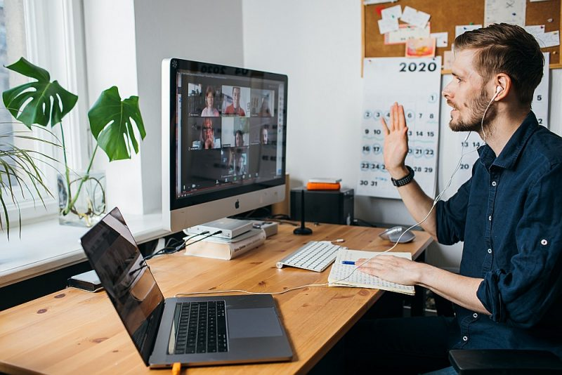 """Darbs no mājas datora, piedaloties """"Zoom"""" videokonferencē."""