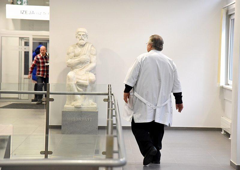 Rīgas Austrumu klīniskajā universitātes slimnīcā 66% darbinieku šo slimnīcu uzskata par savu galveno darbavietu; pārējie tur strādā nepilnu darba slodzi.