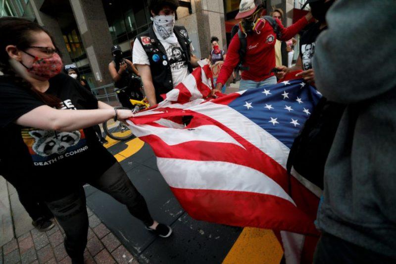 Protesta akcijas un grautiņi ASV