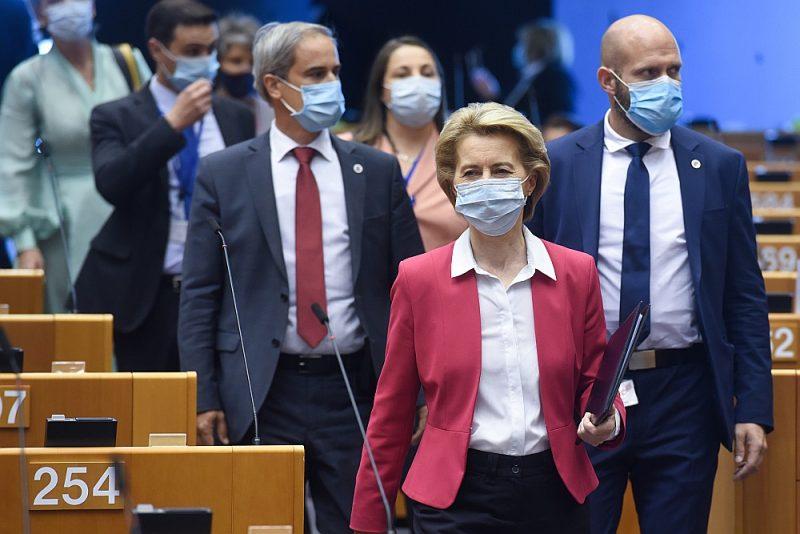 EK priekšsēdētāja Urzula fon der Leiena 27. maijā kopā ar komisāriem ierodas uz ārkārtējo Eiropas Parlamenta sēdi, lai paziņotu EK priekšlikumus ekonomikas atveseļošanai.
