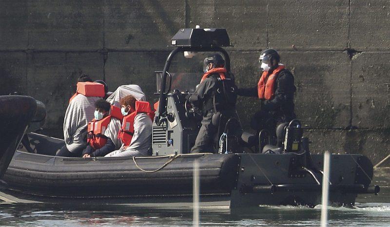 Apvienotās Karalistes robežsardze 7. maijā Duvras ostā izsēdina Lamanša kanālā mazā laivā aizturētos migrantus.