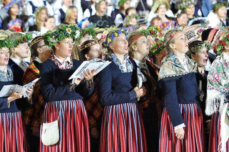 Atceroties Latvijas valsts simtgades Dziesmu svētku Noslēguma koncertu, amatieru kori, tāpat kā pārējā kultūras nozare, cer, ka ar laiku dzīve atgriezīsies ierastās sliedēs, jo Mežaparka estrādē tribīnēs dziedātāji nevar stāvēt divu metru attālumā cits no cita.