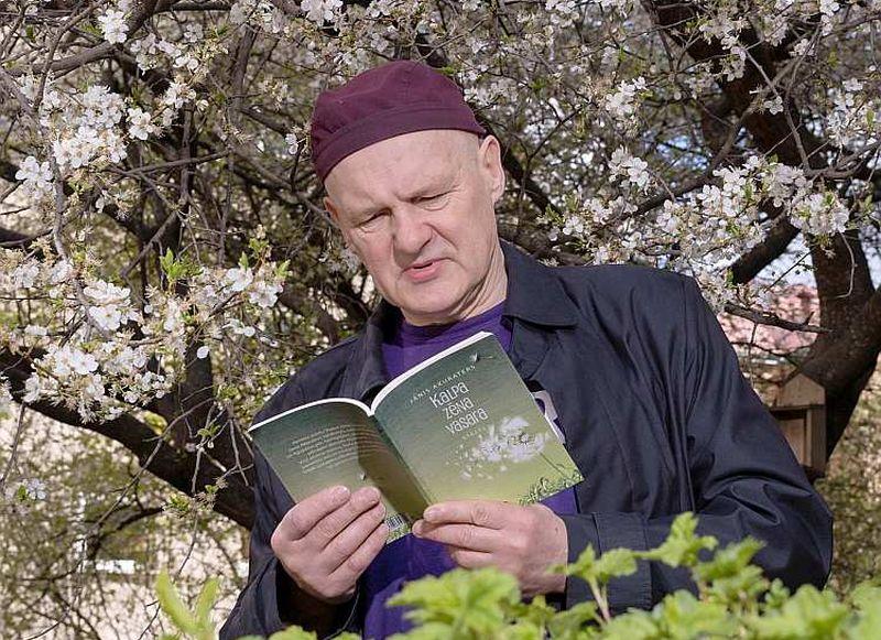 """Viņš lasa Akuratera """"Kalpa zēna vasaru""""."""