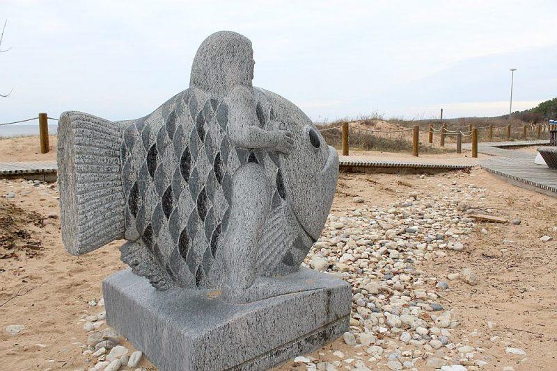 """Granīta skulptūra """"Jūras puika"""" (2016) Jūras parkā veidota pēc tēlnieka akmeņkaļa Ritvara Kalniņa maketa."""