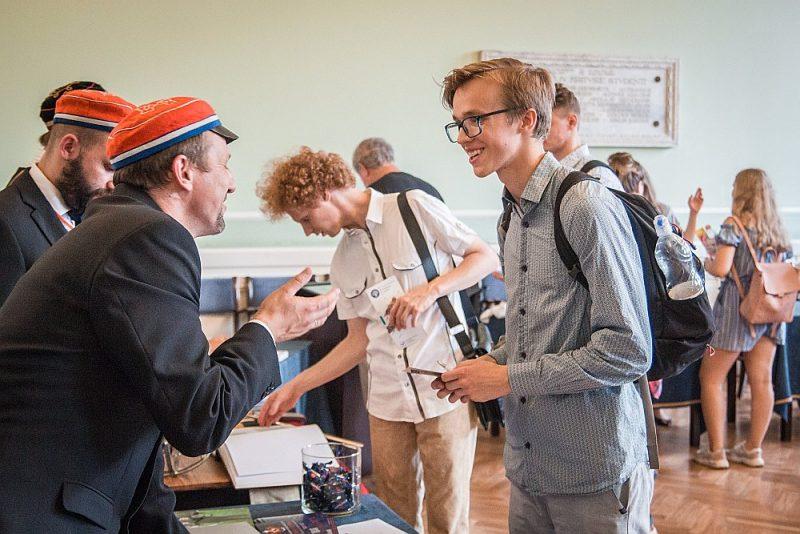Pirms augstskolas izvēles jauniešiem jāapsver, ko viņi grib, ko var un ko pieprasa darba tirgus. Attēlā: Latvijas Universitātes jaunie studenti iepazīst augstskolu pirmkursniekiem veltītā pasākumā.