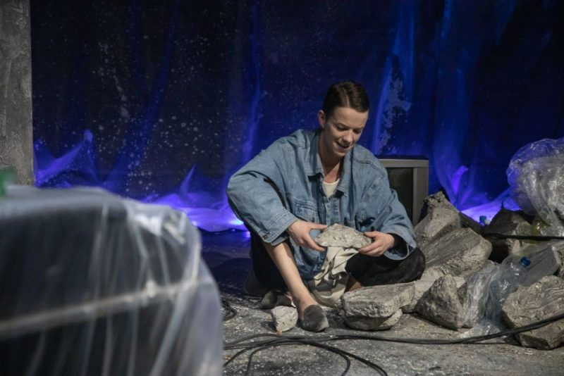 """Skats no Liepājas teātra izrādes """"Mēness neredzamā puse""""."""