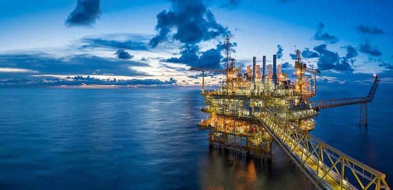 Šādas naftas ieguves platformas ir desmitiem tūkstošu tonnu smagas, un to izslēgšana un novākšana ir ārkārtīgi sarežģīts tehnisks uzdevums.