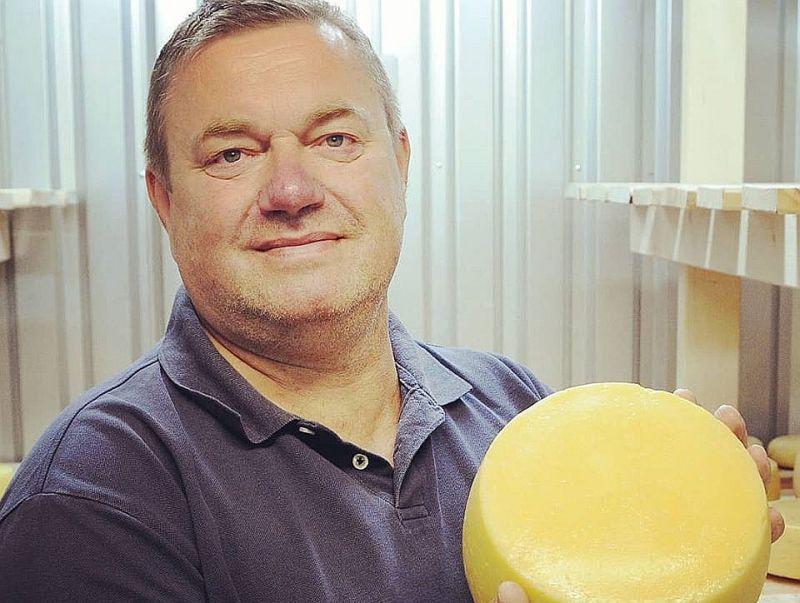 Siera meistars Pēteris Mikulaņecs ar Nīcas sieru.