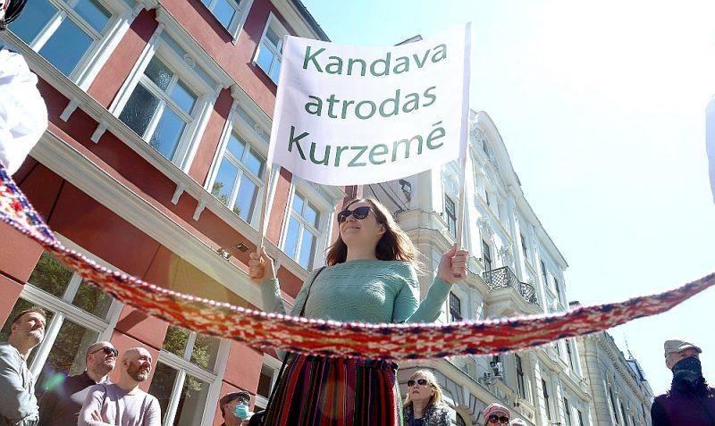 Pēc vairāku mēnešu pārtraukuma pie Saeimas ēkas atkal varēja pulcēties piketētāji. Vienā protesta akcijā ļaudis iebilda pret pašvaldību reformu, kuras gaitā plānots apvienošanai pakļaut arī pašpietiekamas pašvaldības, piemēram, Ikšķiles un Kandavas novadus.