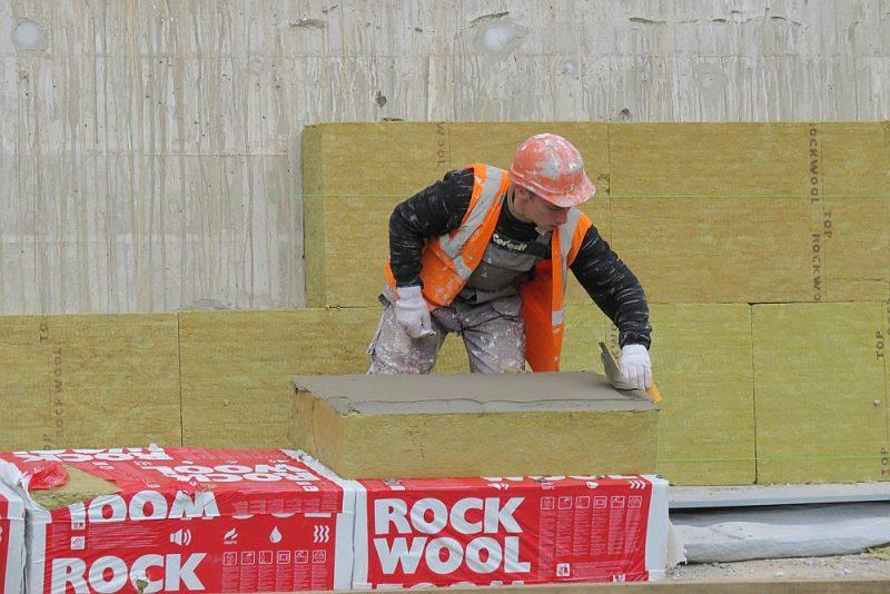 Praksē ir pierādījies, ka renovāciju veiksmīgi veic nelielas, specializētas firmas ar desmit celtniekiem.