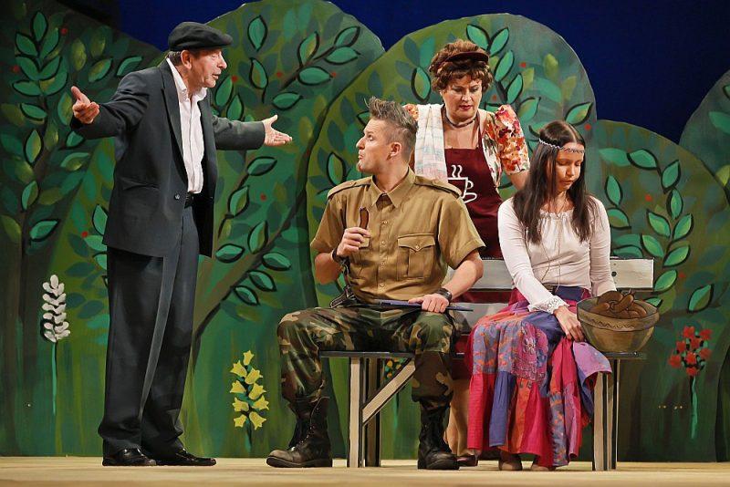 """Jānis Skanis (no kreisās), Egils Melbārdis, Indra Burkovska un Anna Klēvere Latvijas Nacionālā teātra izrādē """"Kapusvētku PR"""" 2011. gadā."""