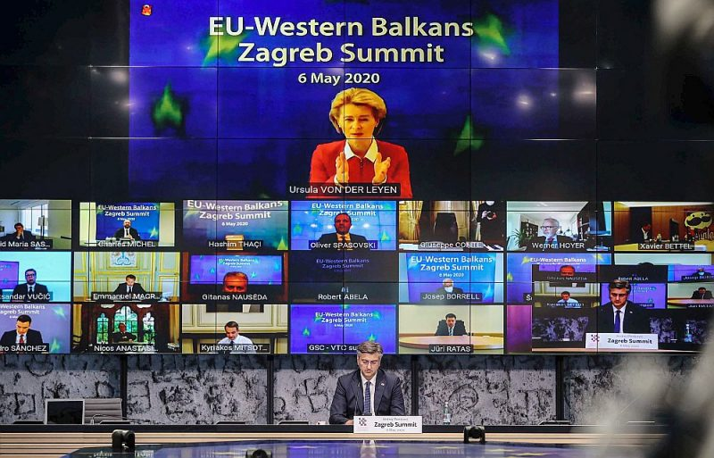 Televizoru samits – tā Zagrebā trešdien izskatījās EK priekšsēdētājas Urzulas fon der Leienas uzstāšanās samitā, ko vadīja Horvātijas premjerministrs Andrejs Plenkovičs (centrā apakšā).