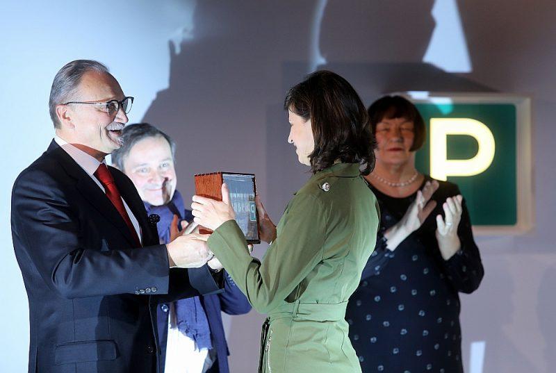 """Mākslas kolekcionārs un mecenāts Jānis Zuzāns 2019. gadā pasniedz Purvīša balvu māksliniecei Ievai Epnerei par personālizstādi """"Dzīvo atmiņu jūra"""". Šobrīd Covid-19 krīzes ietekmē pēdējā gadu desmitā dāsnākais mākslas atbalstītājs paziņojis par aptuveni viena miljona eiro finansējuma pārtraukšanu dažādām kultūras iestrādēm."""