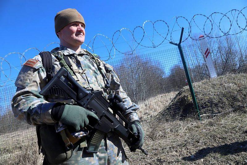 Jau pusotru mēnesi valsts robežas apsardzībā piedalās arī Latvijas bruņoto spēku pārstāvji.
