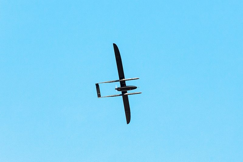 """Aizmukušais """"UAV Factory"""" sver 26 kilogramus, tā spārnu platums ir 5,5 metri, tas spēj attīstīt 70 km/h lielu ātrumu un nolidot 90 stundas."""