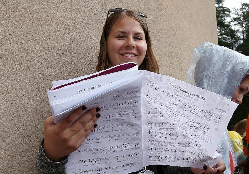 Nevar ļaut, lai vīruss salauž tautas tradīciju – sanākšanu kopā uz kora mēģinājumu, koncertu un Dziesmu svētkiem. Attēlā: XI Latvijas Skolu jaunatnes dziesmu un deju svētku dalībniece Mežaparka Lielajā estrādē.