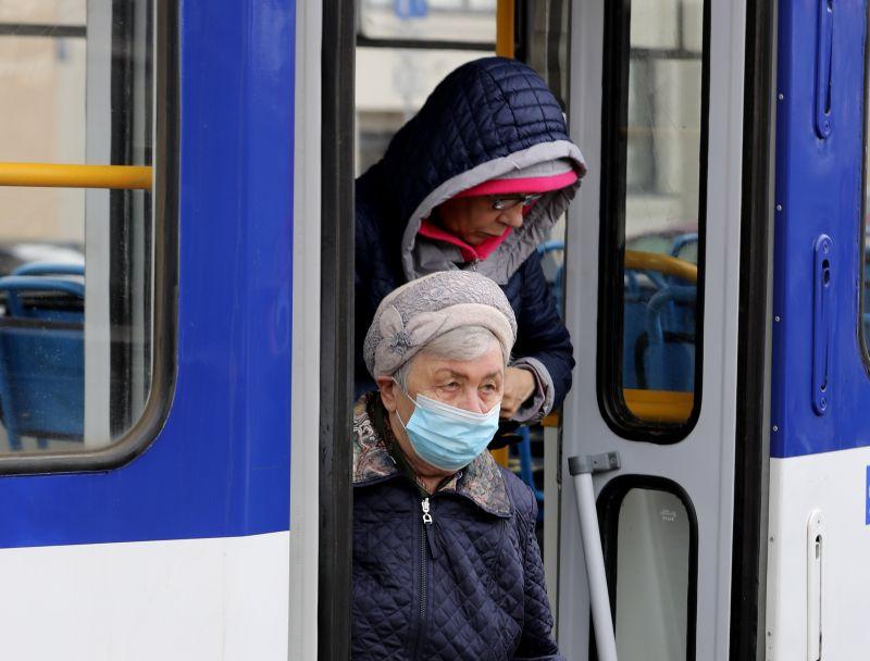 """""""Rīgas satiksmei"""" ir uzdots sekot līdzi, lai cilvēki sabiedriskajā transportā izmantotu sejas aizsegus."""