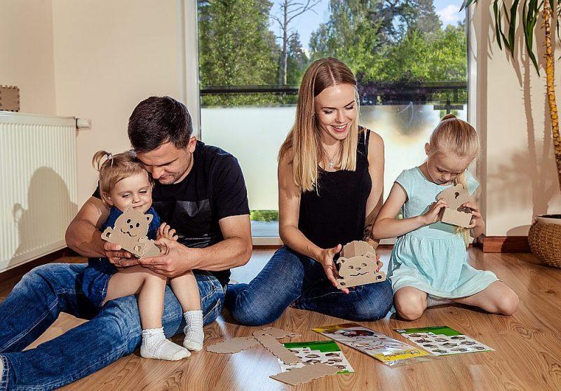 Jurijs un Svetlana Žigajevi kopā ar meitām Amiru (pa kreisi) un Mariju ik dienu cenšas pavadīt jautri un interesanti.