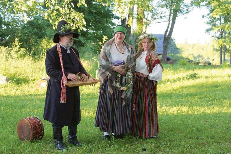 Andris Ērglis, Rūta Kārkliņa un Dita Barona Kalna Ķeiķu pagalmā.
