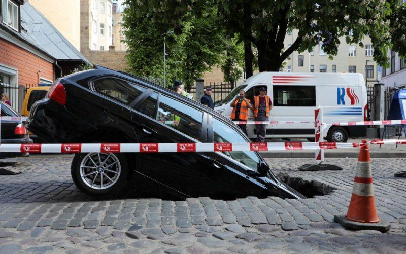 Automašīna iegrūst Ģertrūdes ielas bedrē