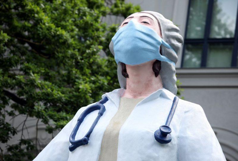 """Atklāj skulptūru """"Mediķi pasaulei"""""""