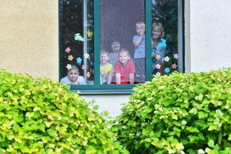 Ģimene pie loga.