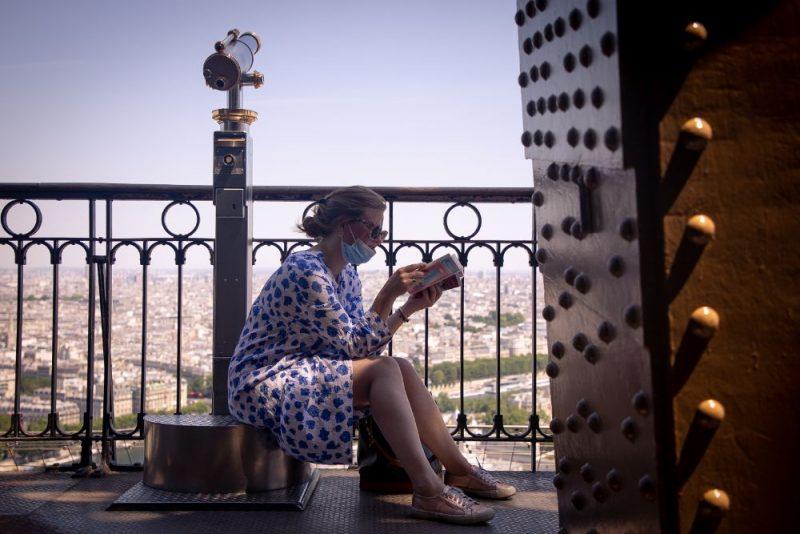 Sieviete Eifeļtornī