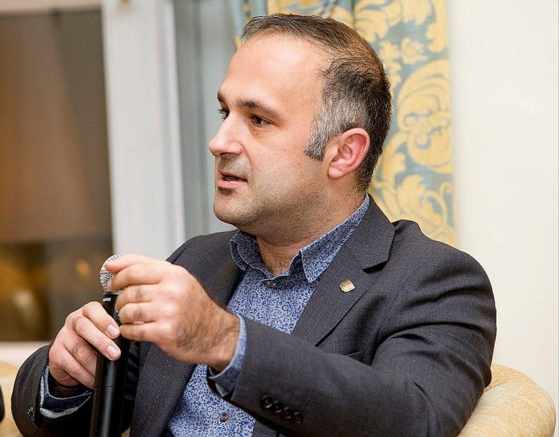 """Stefano Bragiroli: """"Manuprāt, saukļa """"Melnādaino dzīves ir svarīgas"""" lietojums mūsu kontekstā traucē saskatīt svarīgāko nozīmi notiekošajam Baltijas valstīs. Šeit drīzāk sauklim būtu jābūt """"Minoritāšu dzīvības ir svarīgas""""."""""""