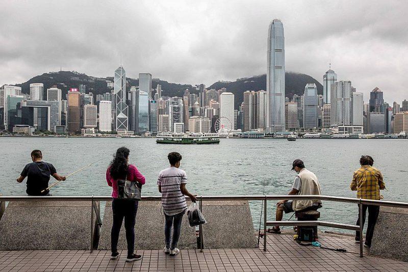 Aug bažas, ka Ķīnas lēmums pastiprināt kontroli pār Honkongu var atstāt jūtamas sekas uz šīs pilsētas kā finanšu metropoles lomu. Daudzi turīgi honkongieši, sagaidot demokrātijas ierobežojumus, gatavojas izceļot.