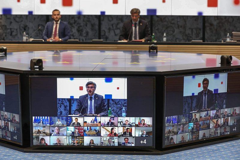"""Arī Trīspusējais sociālais samits, piedaloties ES institūciju, Eiropas Arodbiedrību konfederācijas un uzņēmēju jumta organizācijas """"Business Europe"""" vadītājiem, 23. jūnijā notika """"televizorā""""."""