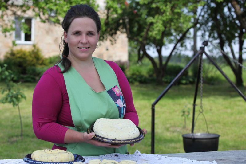 """Jāņu sieru """"Bļodiņu"""" saimniece Inese Stičinska gatavoja kā senāk – uz uguns pavarda."""