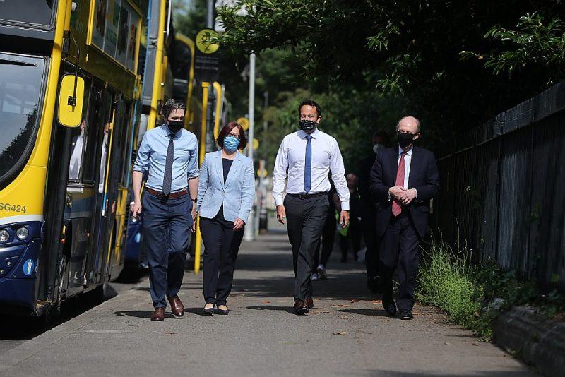 Īrijas veselības ministrs Saimons Harriss (no kreisās), Nacionālās transporta aģentūras valdes priekšsēdētāja Anne Greima, premjers Leo Varadkars un transporta ministrs Šeins Ross Dublinas centrā aicina pasažierus lietot maskas sabiedriskajā transportā.