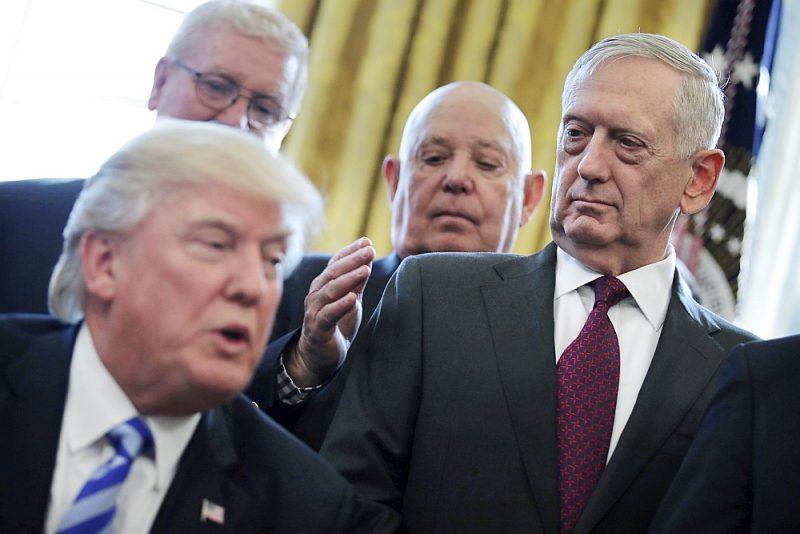 """Ģenerālim Džimam Matisam bija domstarpības ar ASV prezidentu Donaldu Trampu vēl kā aizsardzības ministram. Tagad viņš paudis """"dusmas un sašutumu"""" par Trampa darbību."""