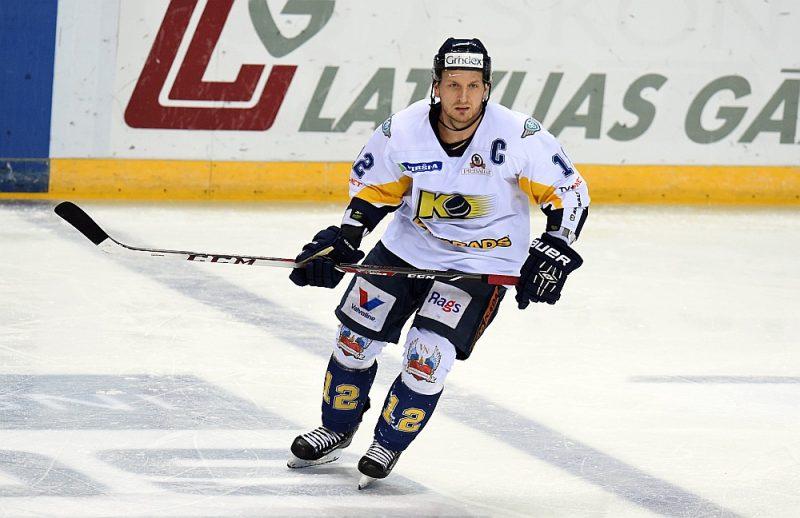 """Toms Bluks ilgus gadus bijis """"Kurbada"""" kapteinis, paralēli trenējot arī jaunos censoņus, ar kuriem nākamajā sezonā spēlēs Junioru attīstības hokeja līgā."""