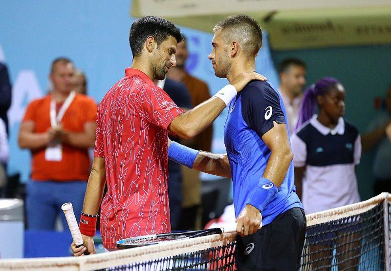 Pēc dalības tenisa turnīrā ar koronavīrusu sasirdzis gan Novaks Džokovičs (no kreisās), gan Borns Čoričs.