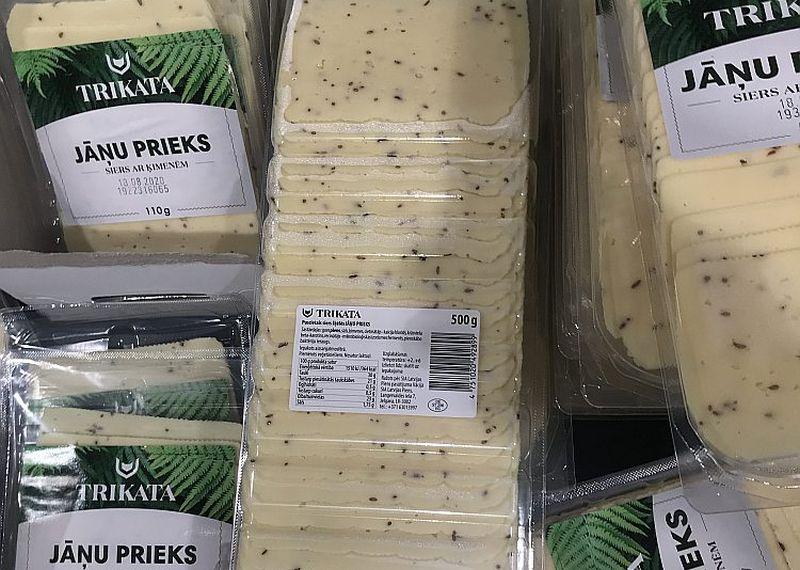 """Vācijā ražotais """"Jāņu prieks"""" noformēts un pasniegts kā latviešiem tīkams Jāņu siers."""