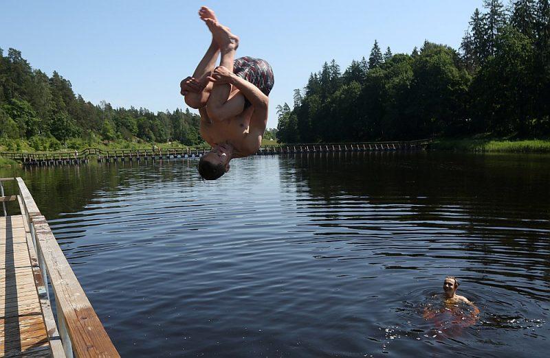 Aptaujā noskaidrots, ka peldēt neprot 64% Latvijas iedzīvotāju un tikai 6% uzskata, ka peld teicami.