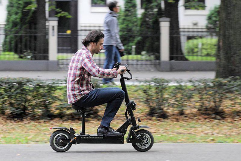Covid-19 epidēmija radījusi krasu intereses pieaugumu par individuāiem pilsētas transporta līdzekļiem, no kuriem elektriskie skrejriteņi ir viena no populārākajām izvēlēm.