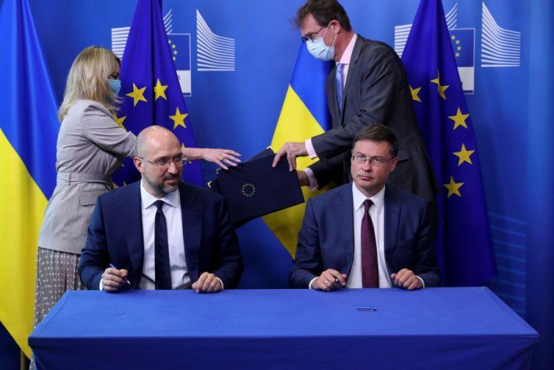 EK viceprezidents Valdis Dombrovskis (foto – pie galda no labās puses) piedalījās EK sēdē, kur 27 ES dalībvalstis lēma par ekonomikas atveseļošanas fonda izveidi, lai palīdzētu valstīm atgūties pēc Covid-19 krīzes.