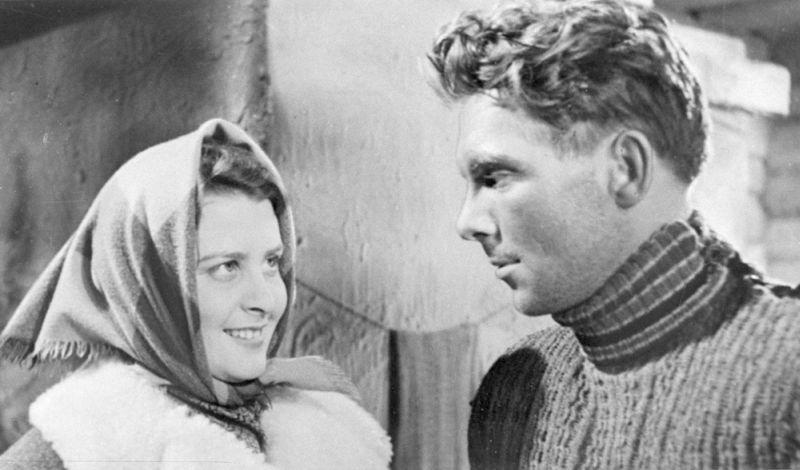 """Baiba Indriksone un Eduards Pāvuls kadrā no spēlfilmas """"Zvejnieka dēls"""". 1957. g."""