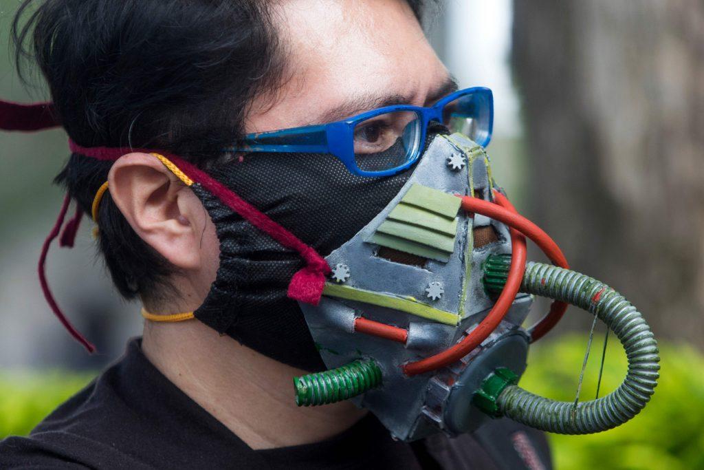 Vīrietis nēsā sejas masku.