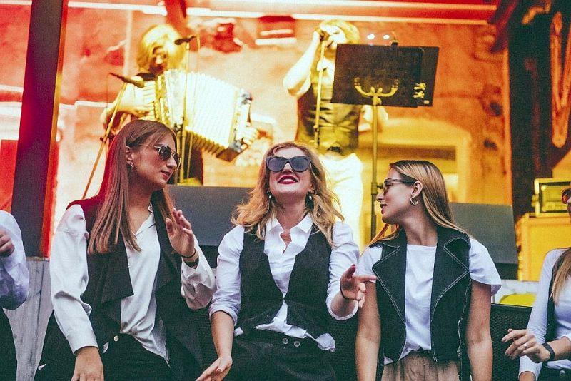 """Krīzes laikā populārās mūzikas asinsriti uztur mazāka formāta pasākumi. Attēlā grupas """"Mazais princis"""" uzstāšanās pirmajā """"Enkurfestā"""" 11. jūlijā """"Ziemeļu Enkura"""" alus darītavas pagalmā."""