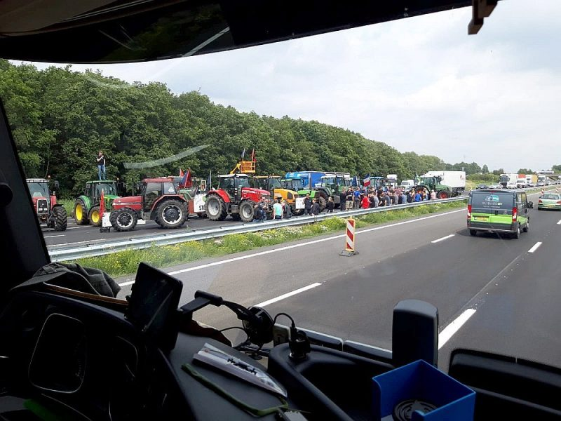 Automaģistrāles kā stratēģisks ierocis savu interešu aizstāvībai. Spontāns zemnieku mītiņš Holandē.