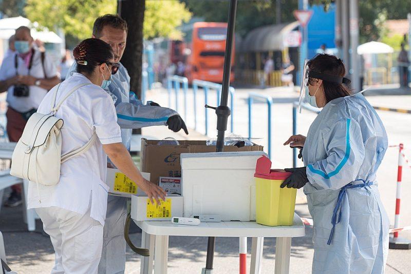 Spalancani slimnīcas medicīniskais personāls 29. jūlijā gatavojas veikt Covid-19 testus brīvprātīgajiem Romas autoostā.